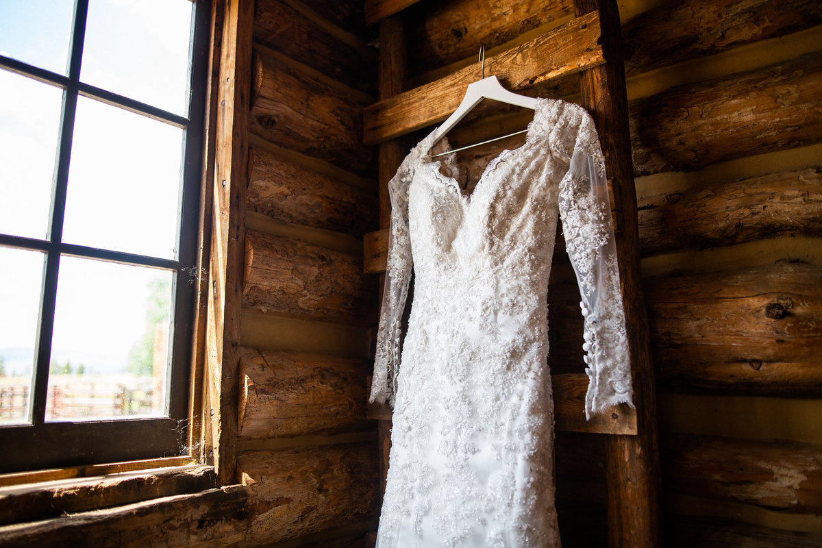 Strawberry-Creek-Ranch-Wedding-Ashley-McKenzie-Photography-Romantic-Mountain-Affair-Navy-Blush-Colorado-wedding-dress