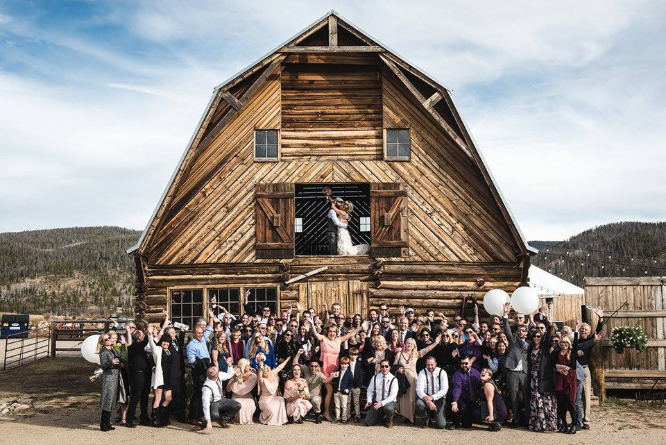 Granby-colorado-strawberry-creek-ranch-hipster-mountain-wedding-the-whole-wedding-party-and-guests-at-barn