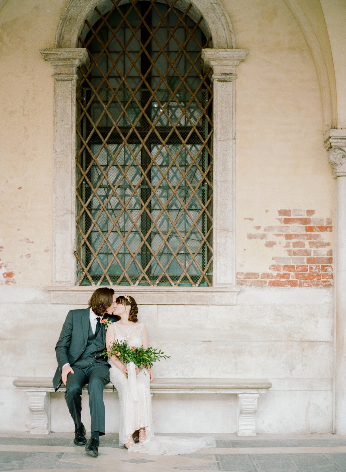 venice italy destination wedding elopement couple kissing on bench