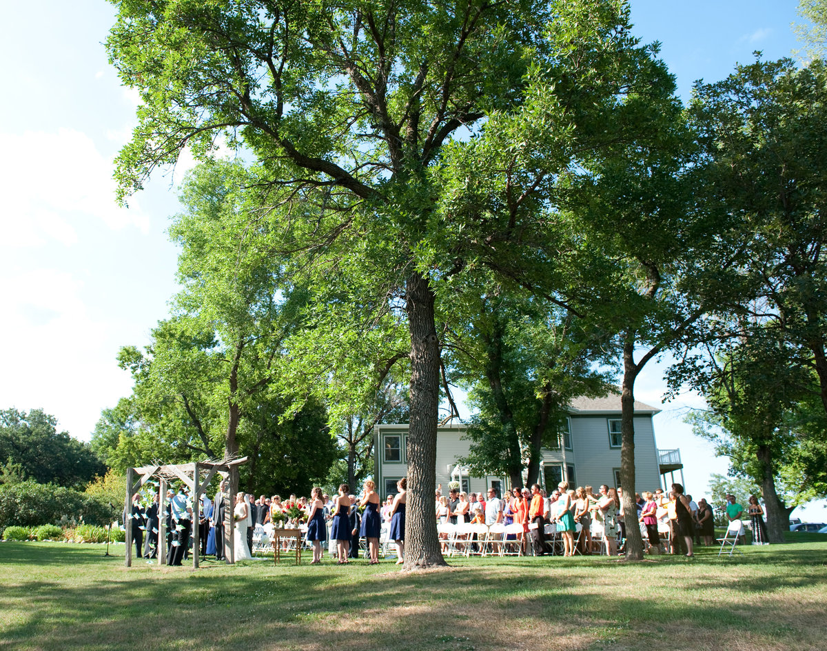 Outdoor summer weddings at Rustic Oaks in Moorhead Minnsota, photos by Kriskandel