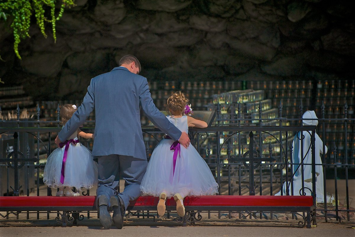 Flower Girls praying that the Grotto, University of Notre Dame