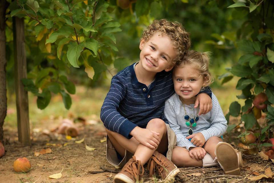 posing_toddlers_family_session_mercier_orchards_blue_ridge_ga_north_georgia