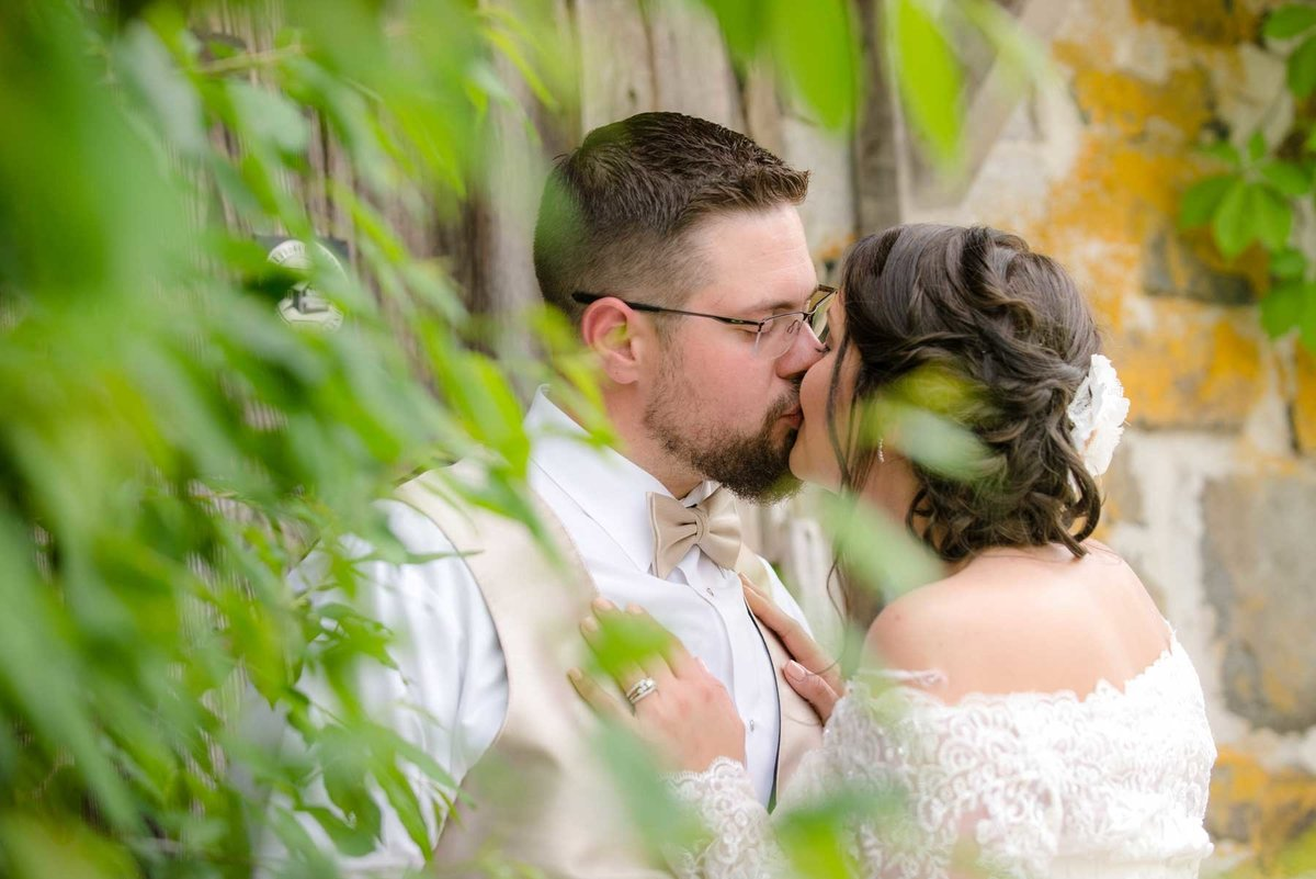janddstudio-wedding-outdoor-brideandgroom-photography-kissing-leaves-rustic-modern