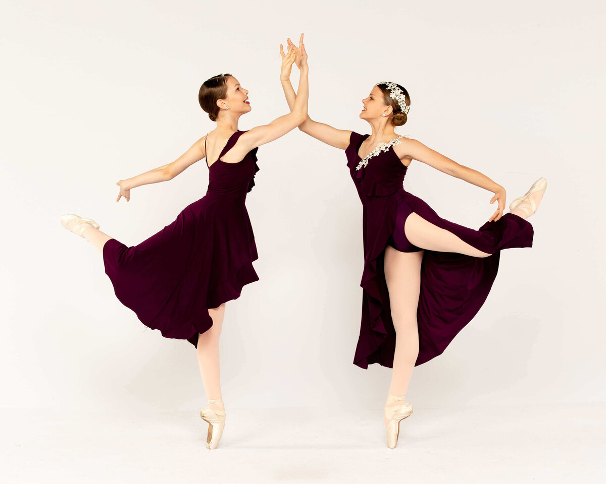 Two ballerinas en pointe in dance dresses