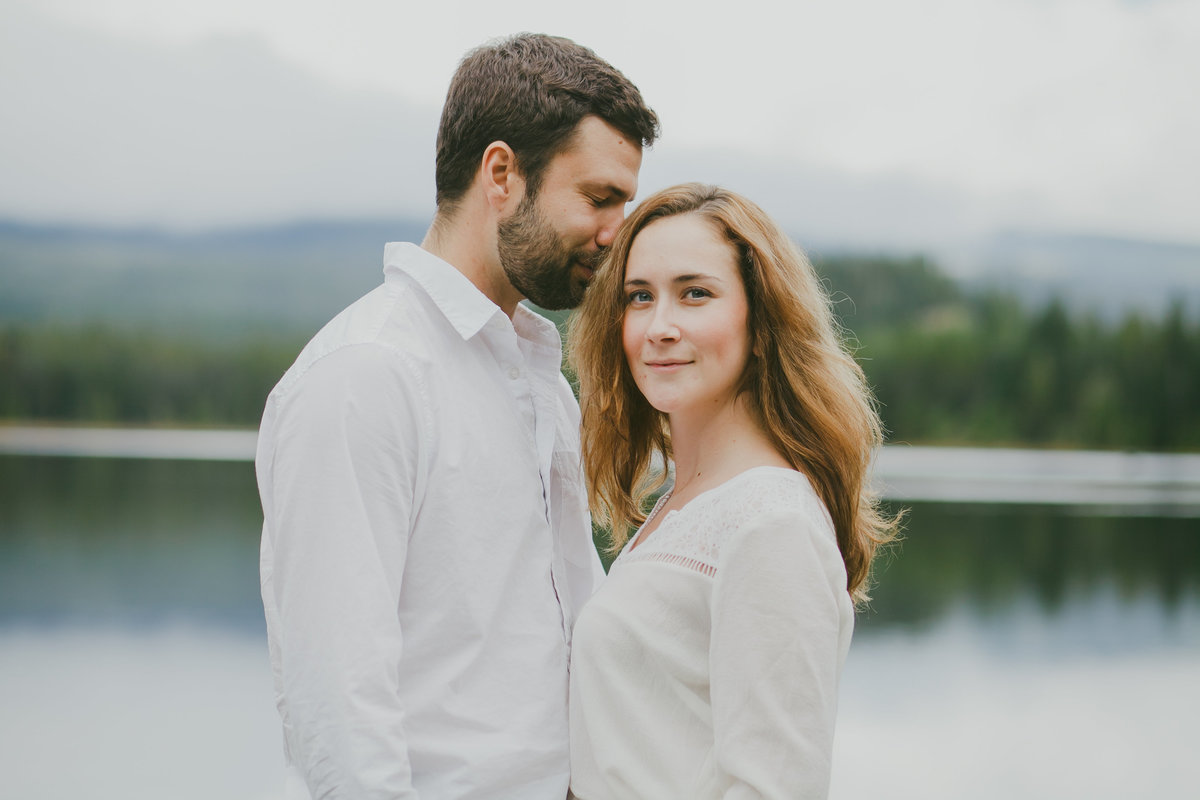 Outdoorsy Portland engagement photos by a lake | Susie Moreno Photography