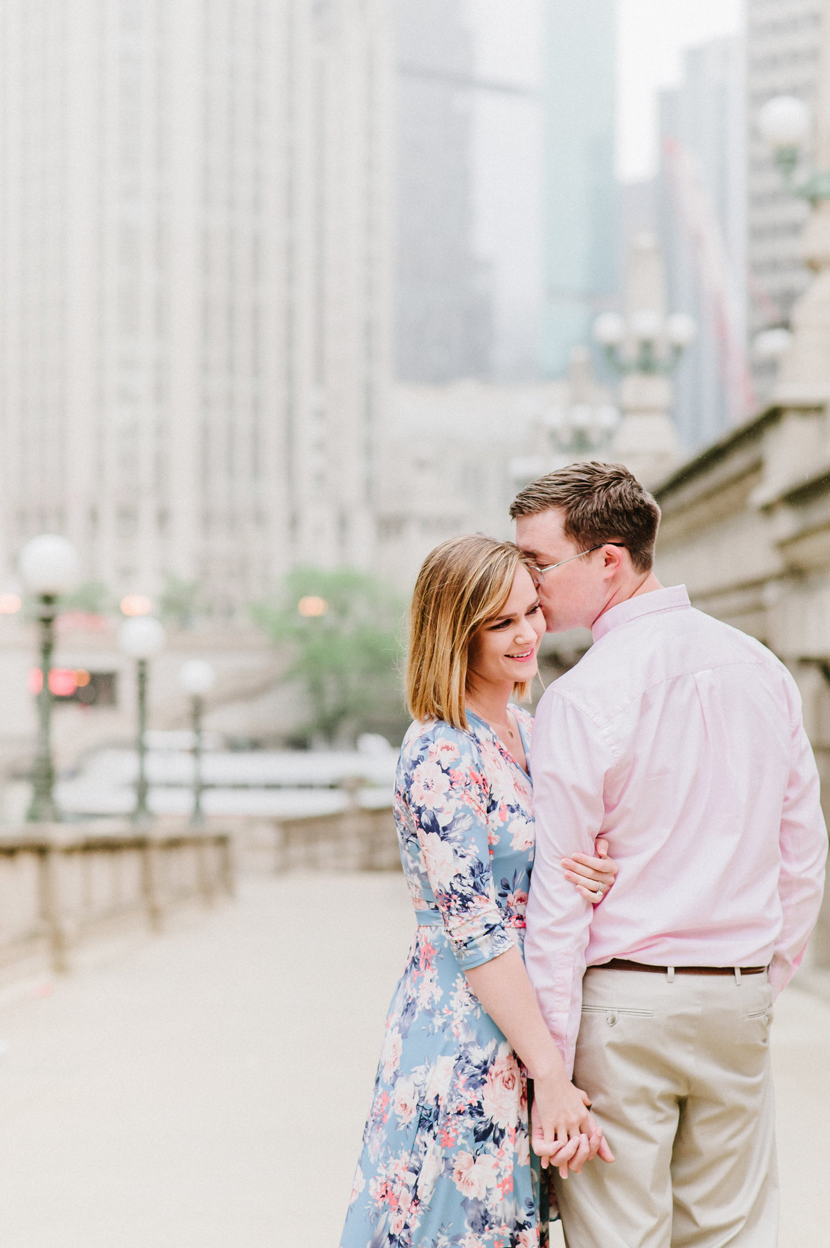 downtown-chicago-riverwalk-couples-photo-1