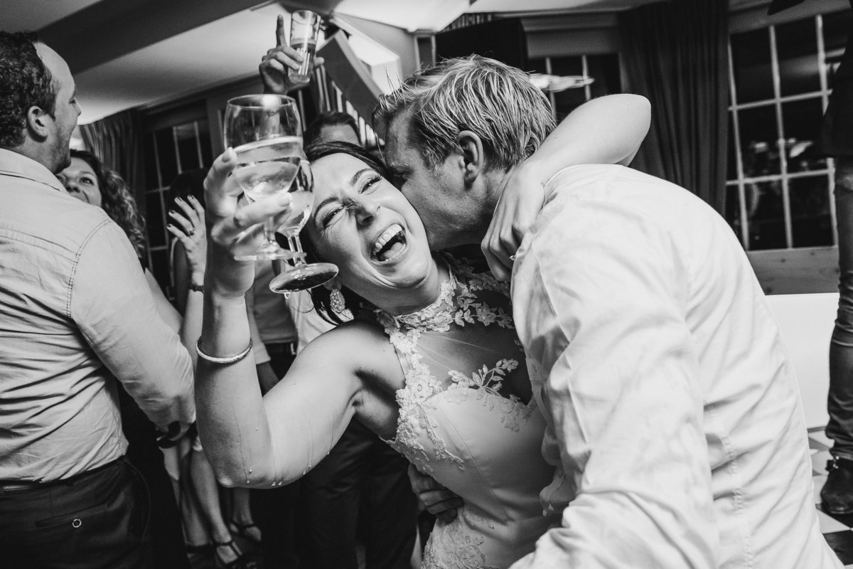 Bruid gaat uit haar dak op haar trouwfeest. De wijn druppelt van haar arm. Party time for this bride, wine is dripping from her arm. Copyright Nanda Zee-Fritse | FOTOZEE