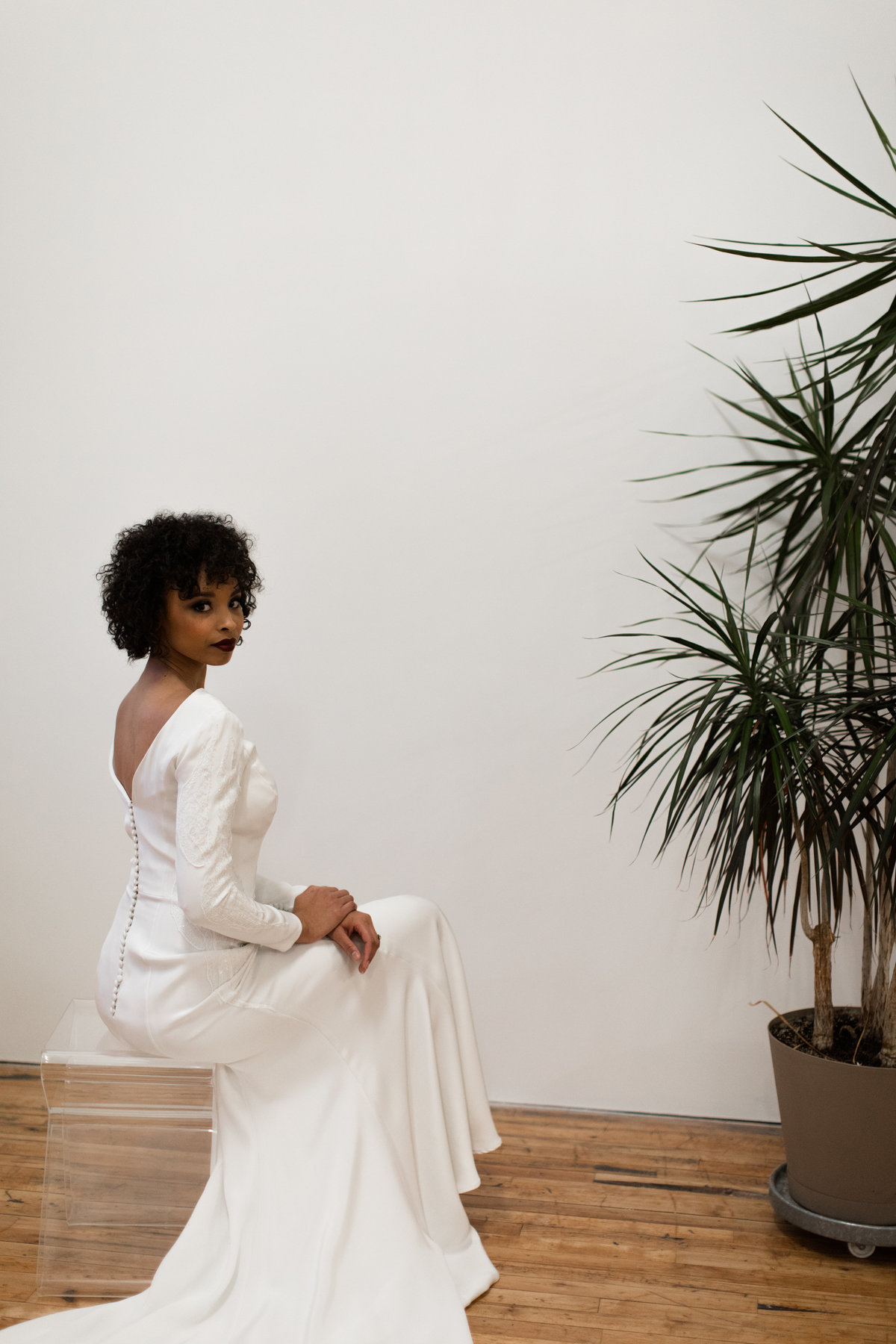 Modehaus_Wedding_studio_shoot_model_in_longsleeve_dress