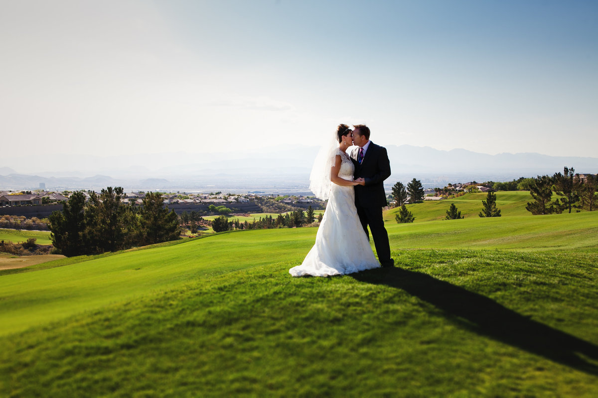 Outdoor wedding portraits of Oregon bride and groom over looking golf course | Susie Moreno Photography