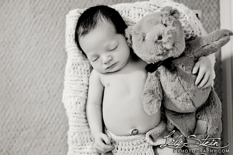 baby-aidan-newborn-luggage-travel-7-days-old-portraits-1-week-lily-stein-photography-007