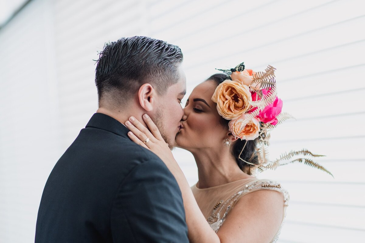 bride-and-groom-kissing-1560302