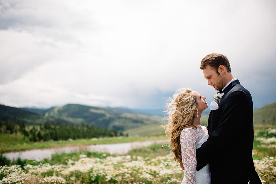 Strawberry-Creek-Ranch-Modern-Minimalist-Outdoor-wedding-in-Granby-Colorado-Longing-looks