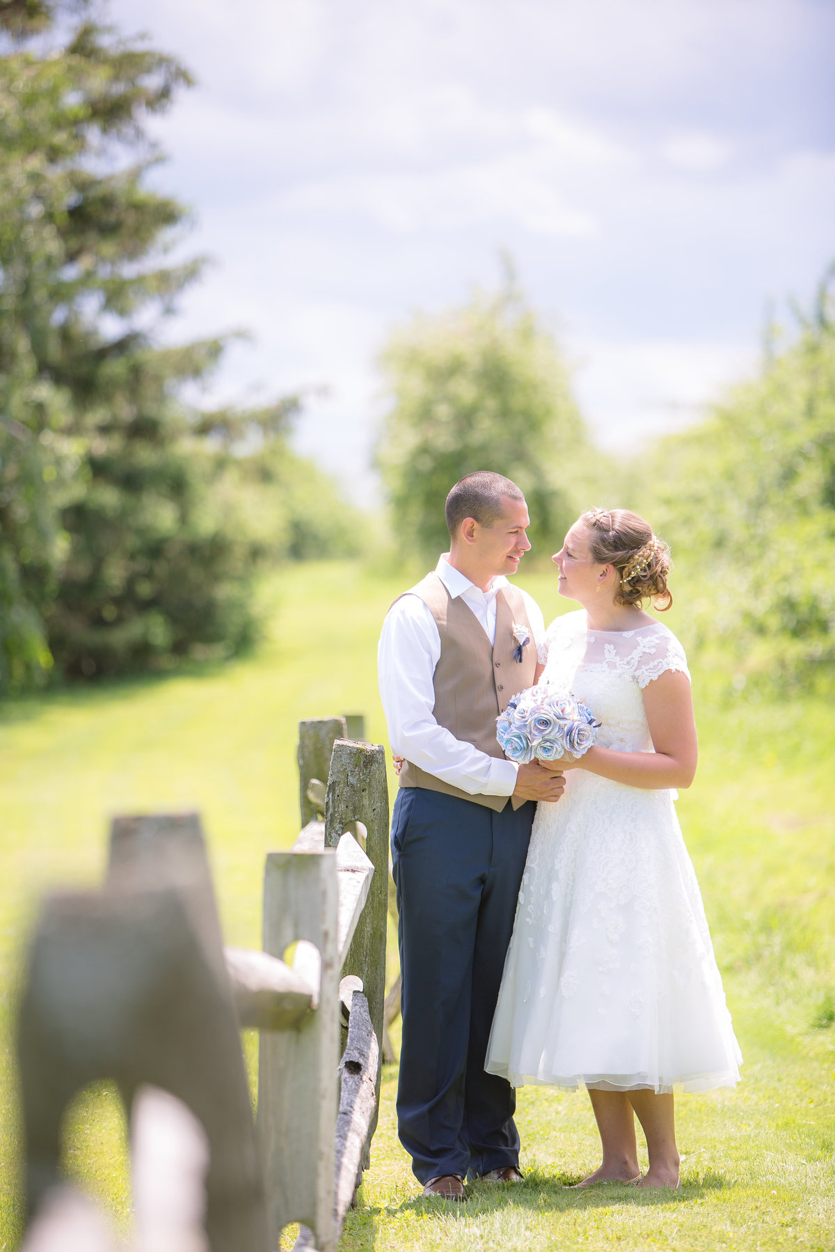 1 wedding photography bride and groom in field