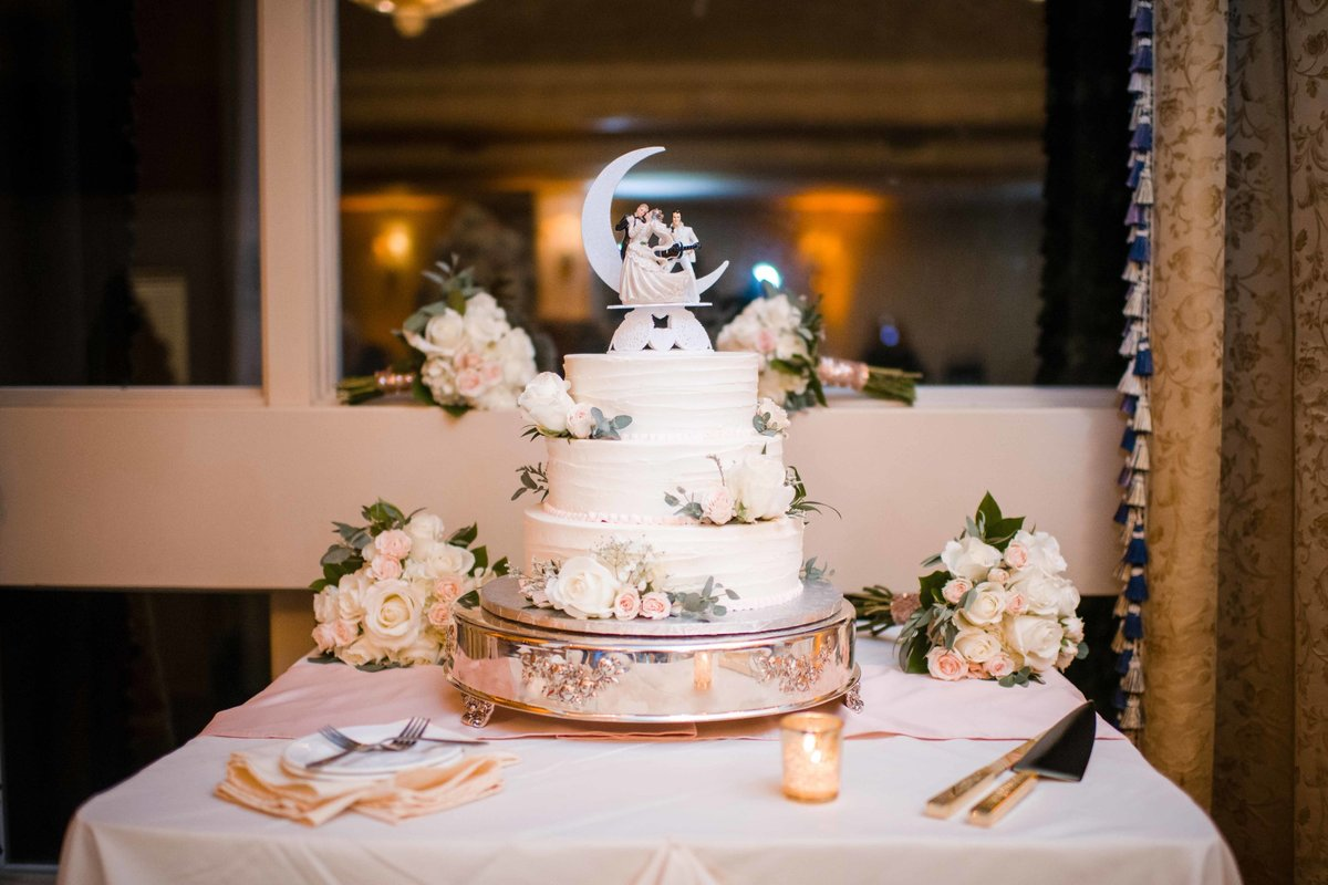 21 Elvis wedding cake at waters edge