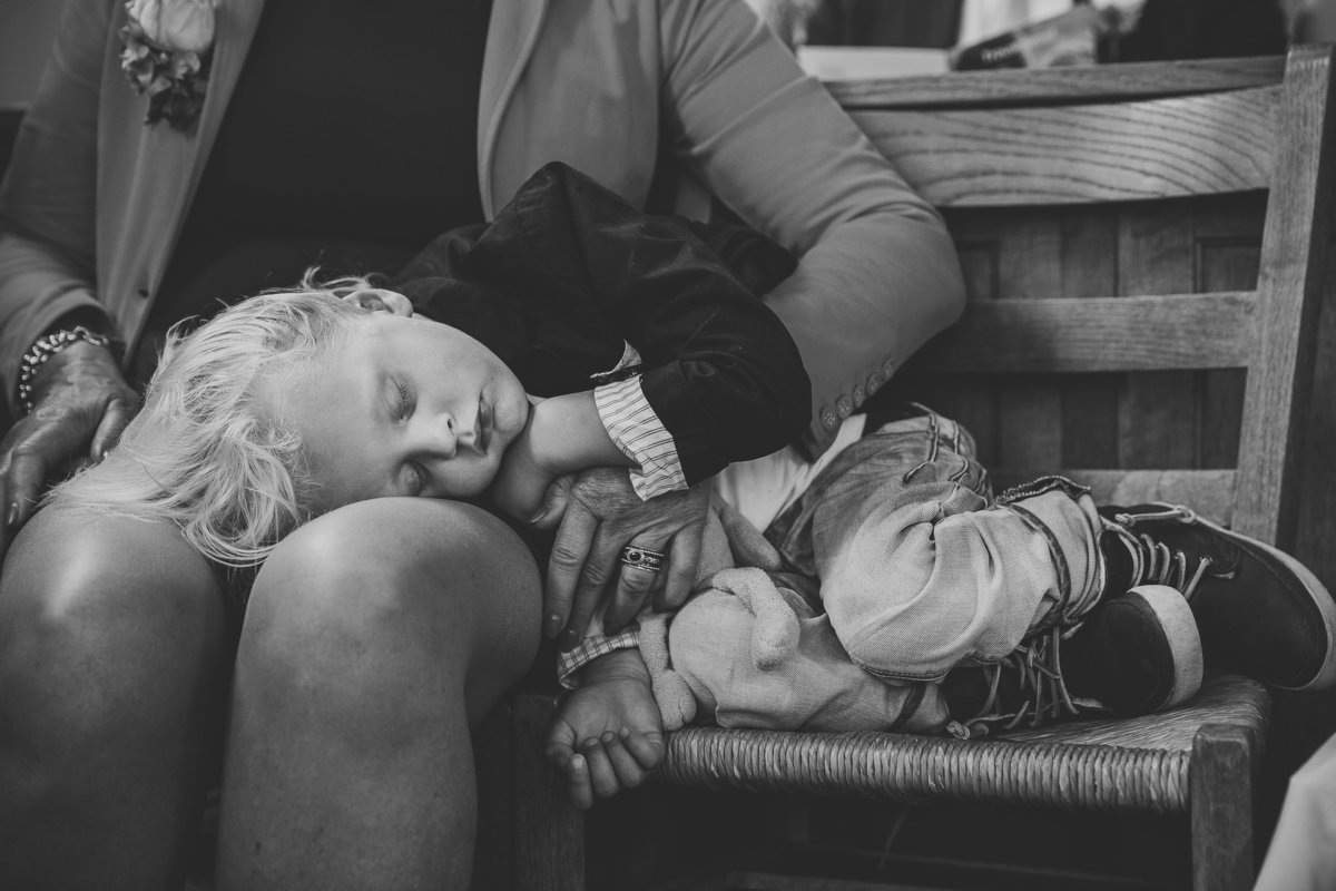 Slapend jongetje tijdens trouwceremonie. Sleeping boy at wedding ceremony. Copyright Nanda Zee-Fritse | FOTOZEE
