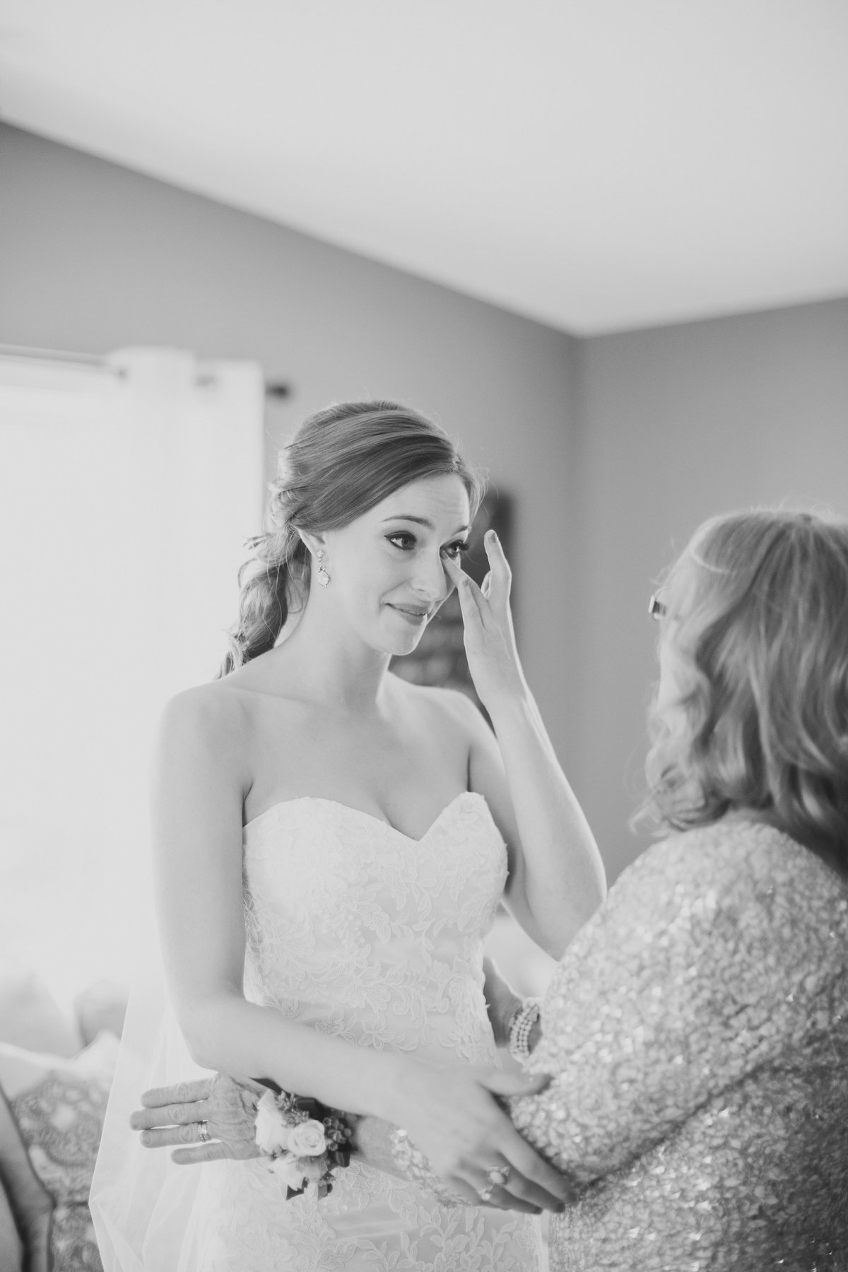 LisaZach_GettingReady_MissouriBackyardWeddingPhotography_CatherineRhodesPhotography (160 of 202)-Edit