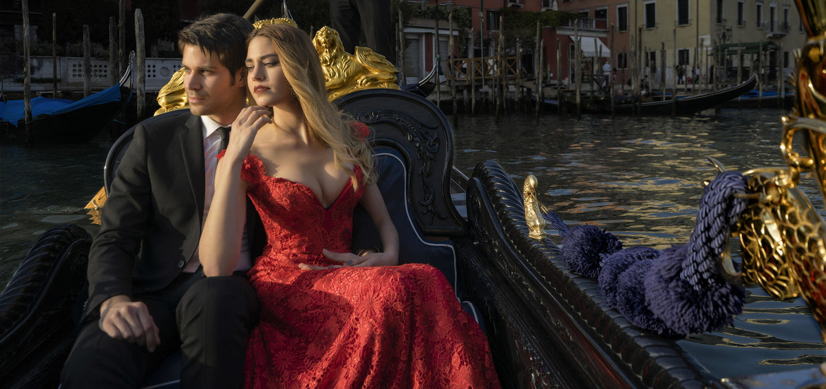 romantic couple in Gondola during pre-wedding in Venice