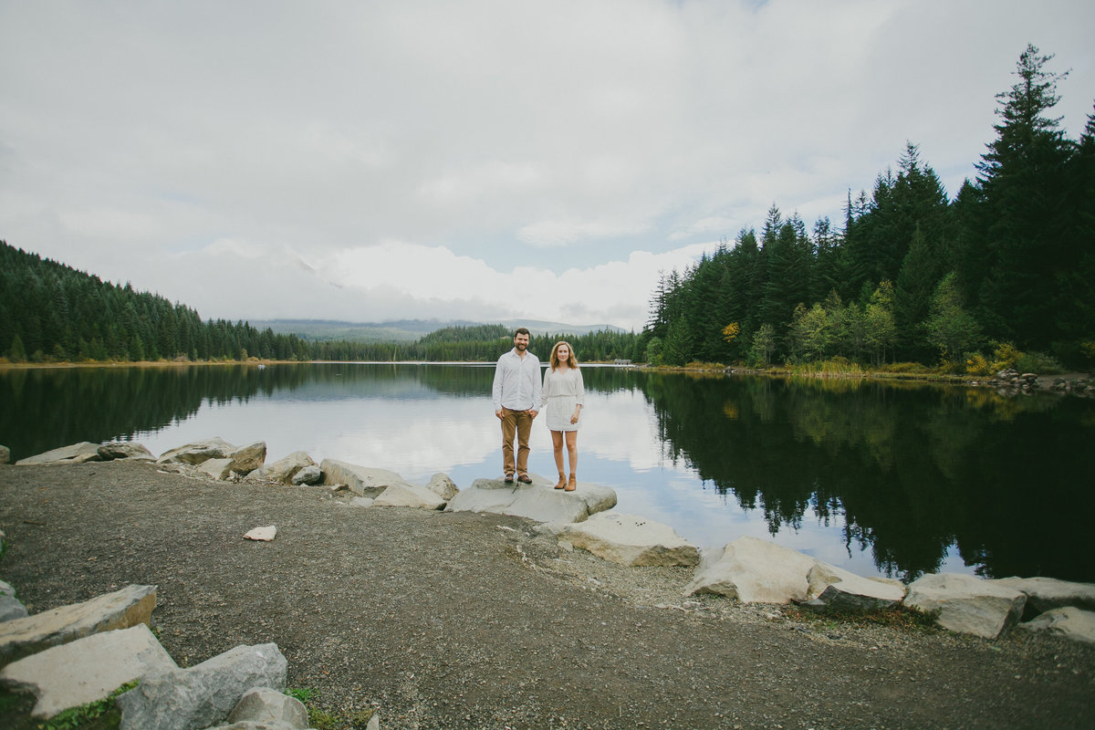 Oregon engagement photos in Lake Trilium | Susie Moreno Photography