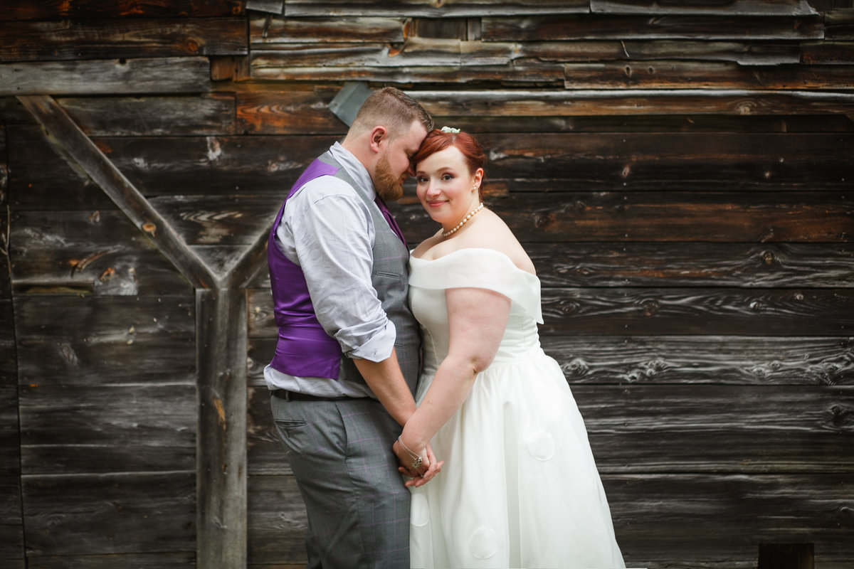 Photo of bride and groom portraits in outdoor barn wedding | Susie Moreno Photography
