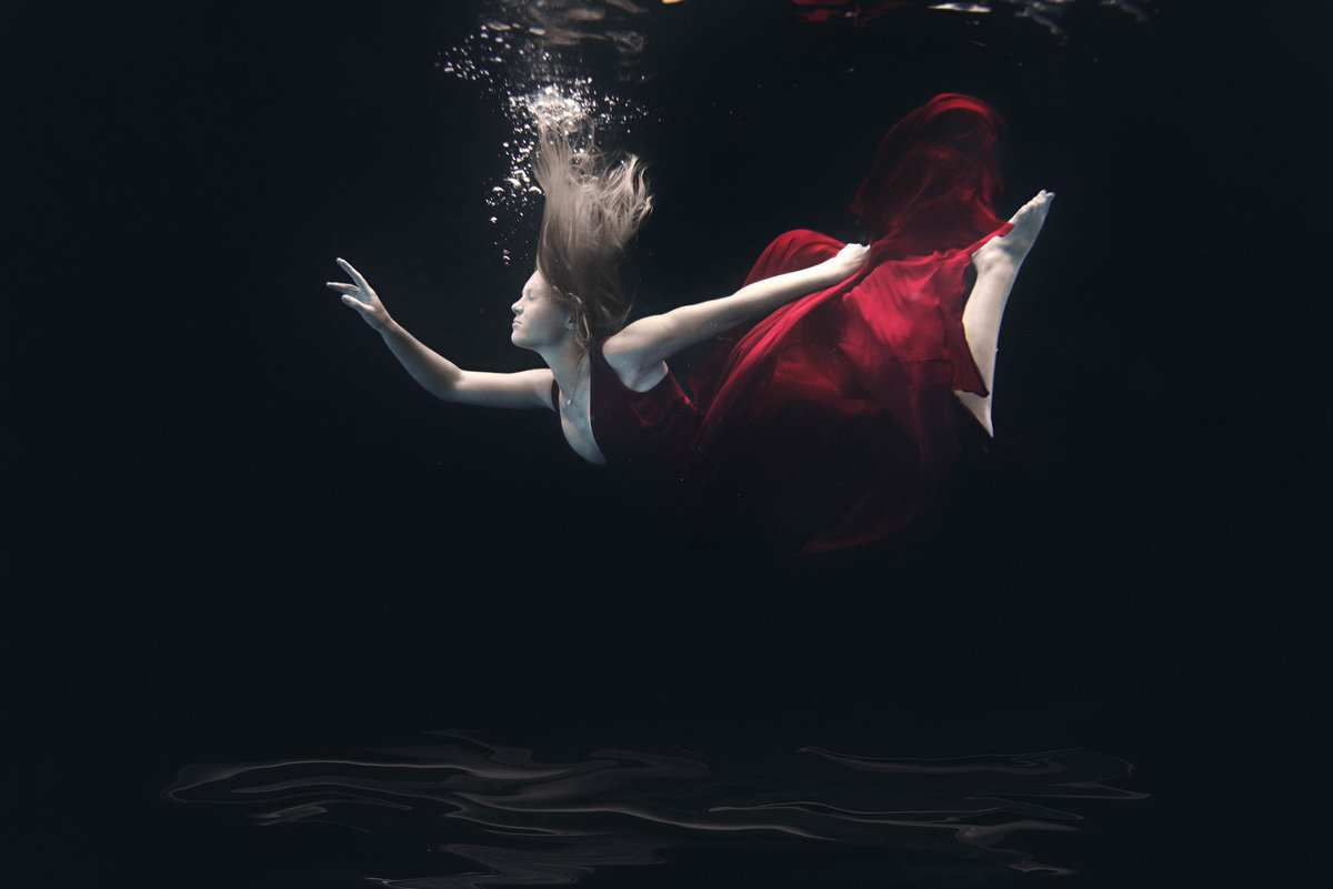 Underwater Senior portrait photographer in Minnesota 2