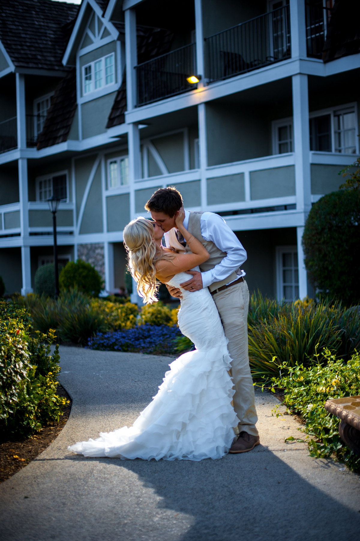 Bride and groom kissing at Carlsbad Inn with off camera flash