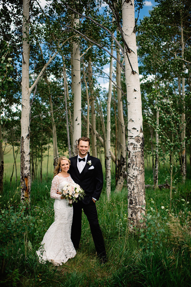 Strawberry-Creek-Ranch-Modern-Minimalist-Outdoor-wedding-in-Granby-Colorado-in-field-of-aspen-Trees