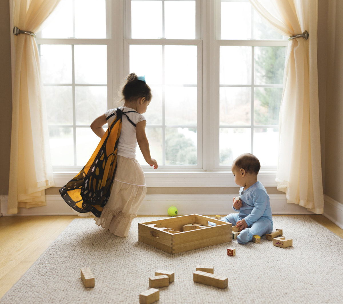 charlotte documentary photographer jamie lucido captures a natural light image of toddlers at play in their home