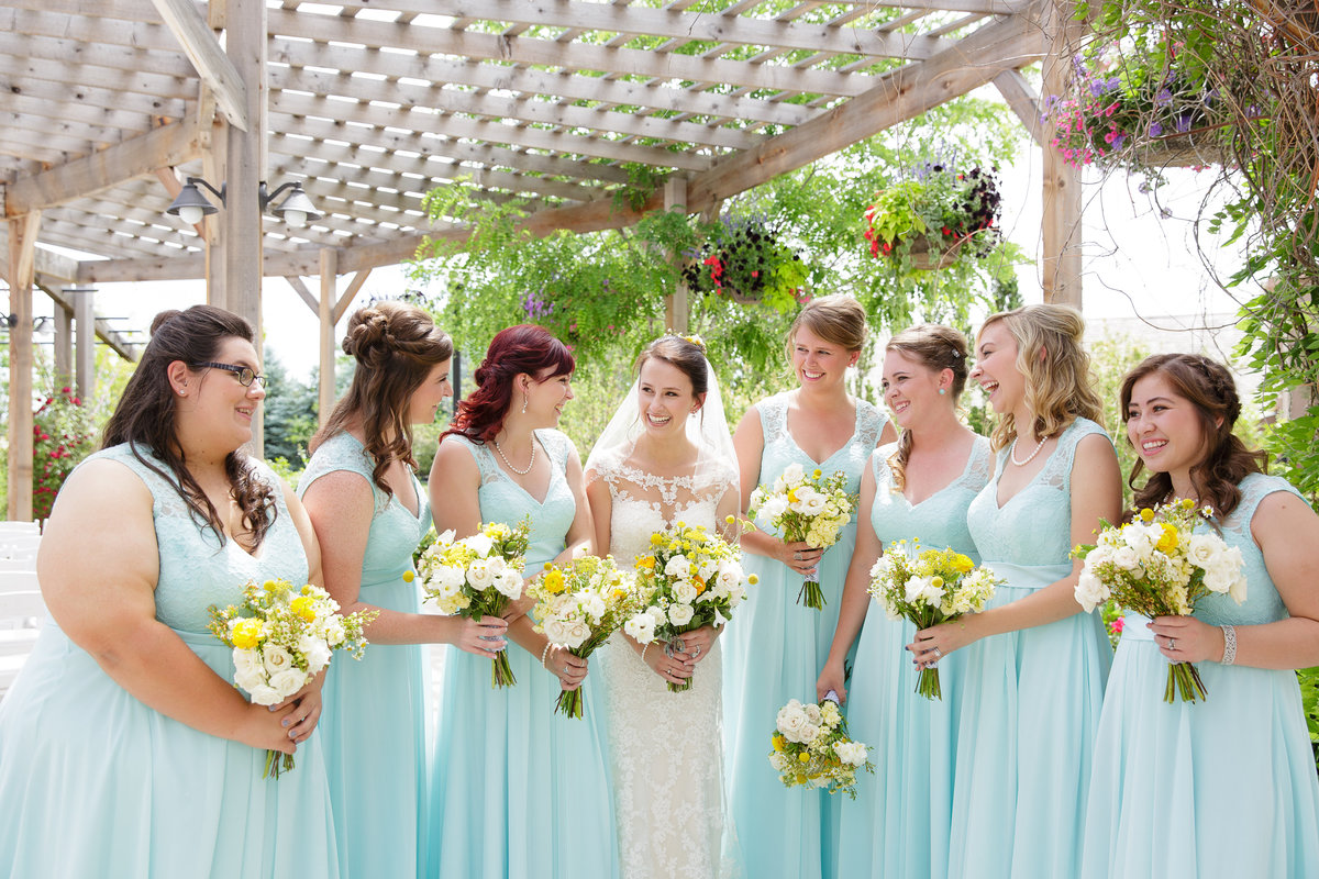 bride-and-bridesmaids-pose