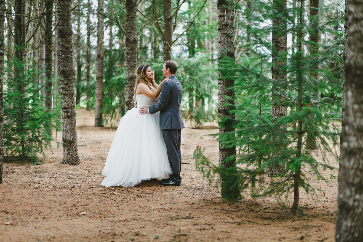 Photo of bride and groom in a woodsy wedding in Oregon | Susie Moreno Photography