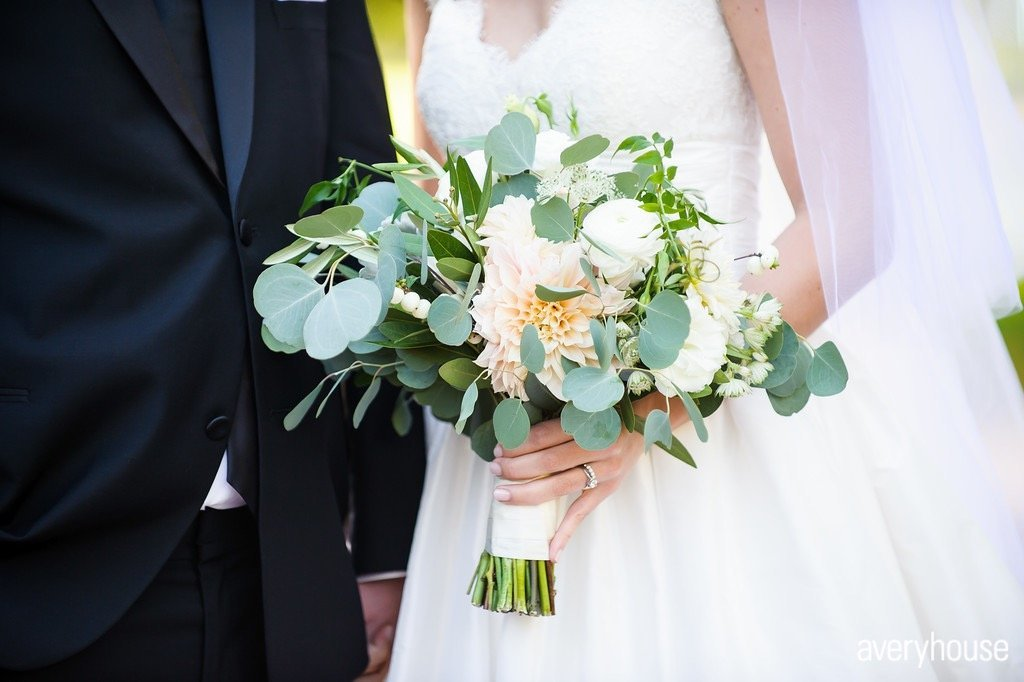 organic_cream_and_green_bridal_bouquet_chicago_wedding_florist_life_in_bloom