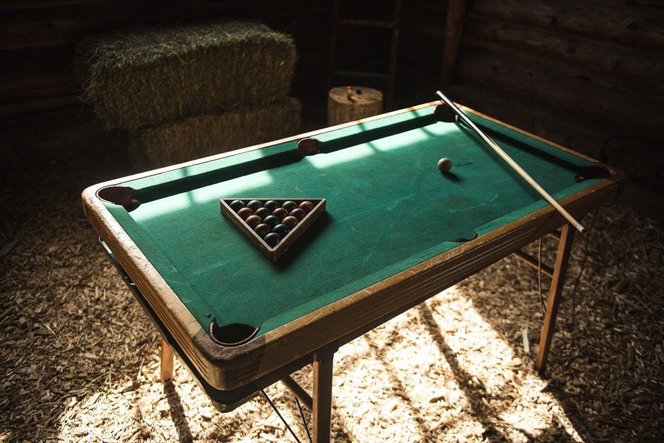Granby-colorado-strawberry-creek-ranch-hipster-mountain-wedding-pool-table