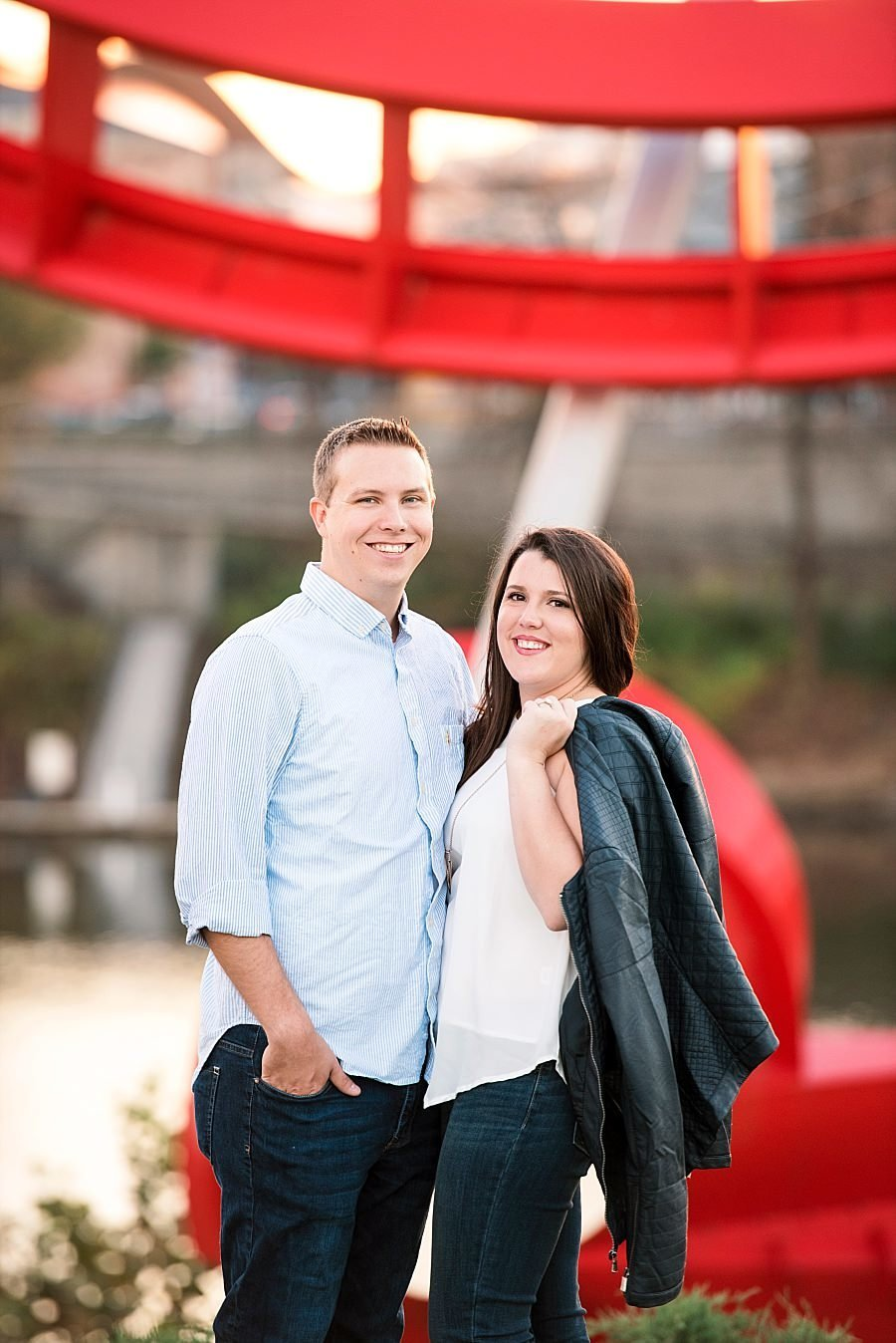 downtown-nashville-engagement-pictures-red-sculpture