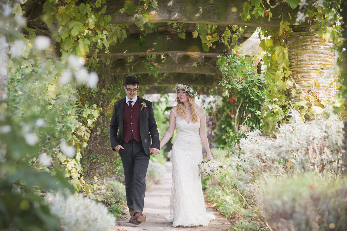 relaxed wedding photographer in somerset hestercombe