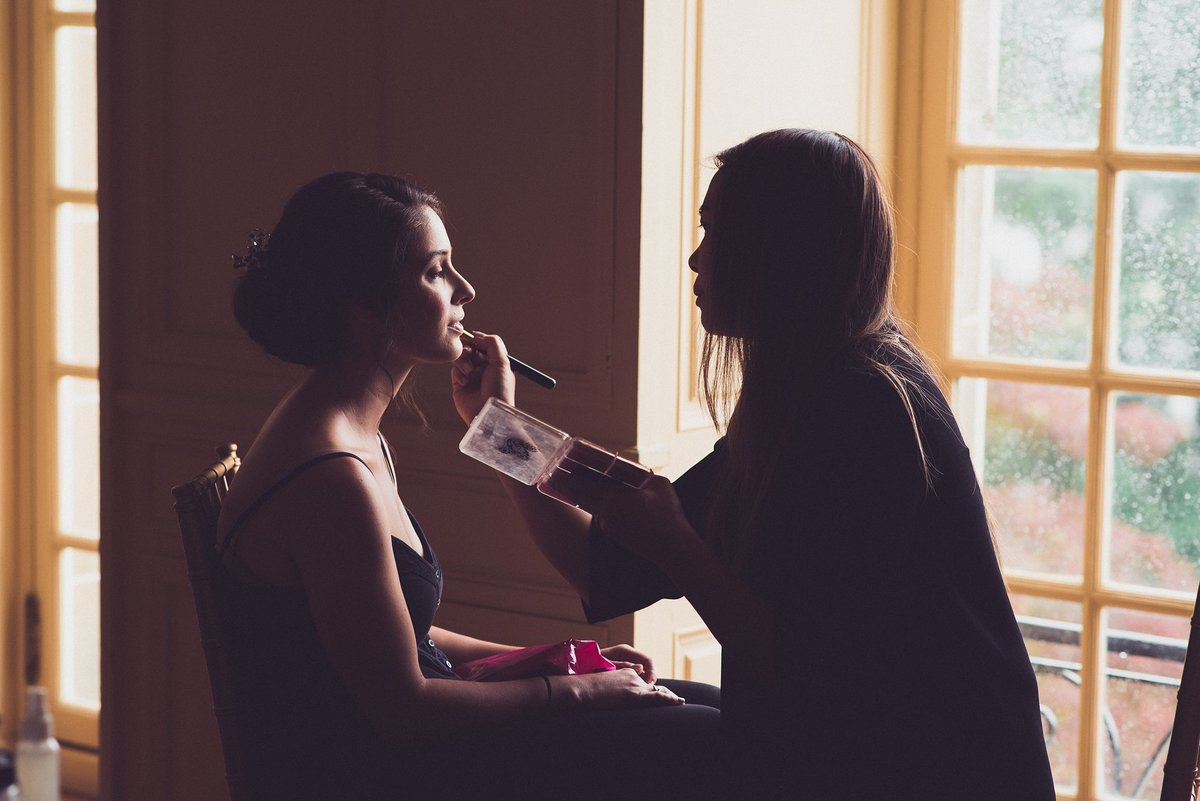 bride getting ready at glen manor house portsmouth ri