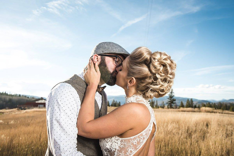 Granby-colorado-strawberry-creek-ranch-hipster-mountain-wedding-couple-kissing