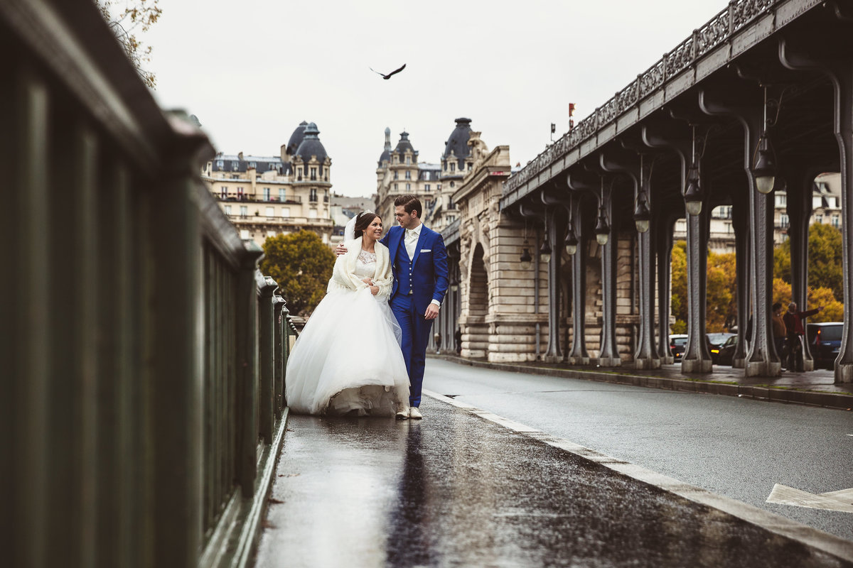 Bruidspaar wandelt in Parijs op de Pont de Bir-Hakeim. Wedding couple taking a walk on Pont de Bir-Hakeim, Paris. Copyright Nanda Zee-Fritse | FOTOZEE