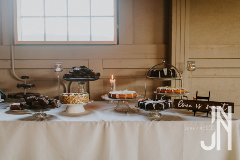 granby-colorado-strawberry-creek-ranch-classic-mountain-wedding-in-the-summer-dessert-table
