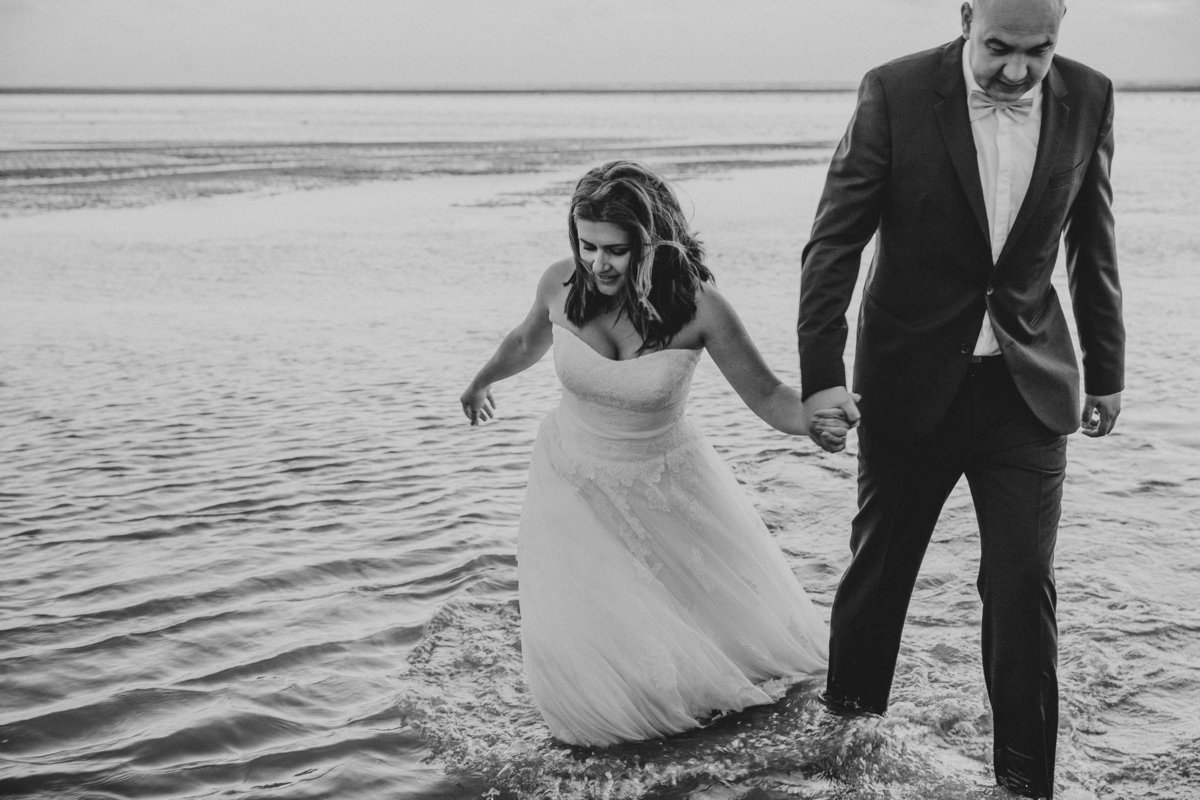 Bruidspaar loopt in de zee. Wedding couple in see.  Copyright Nanda Zee-Fritse | FOTOZEE