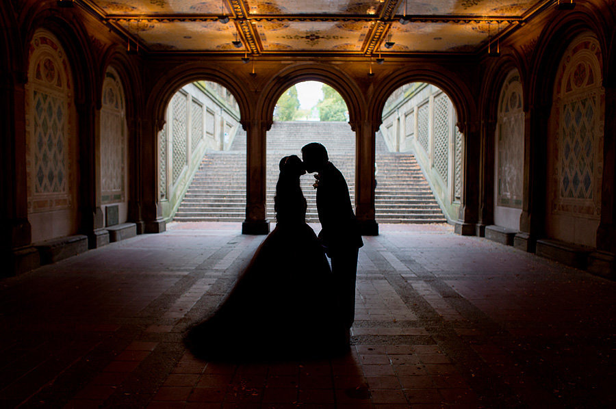 couple kissing in central park