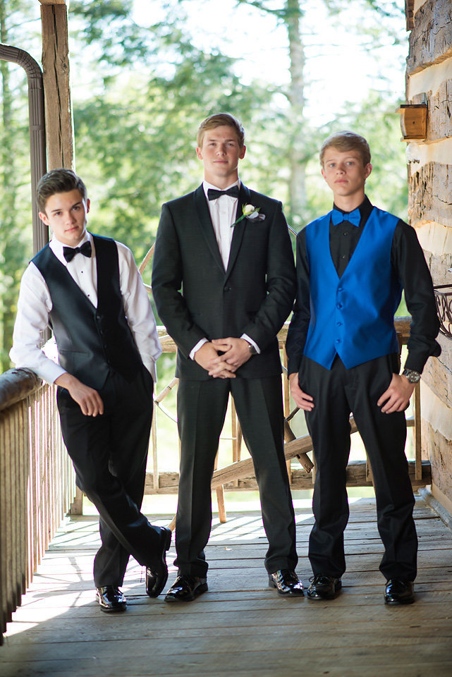 prom_group_photo_ideas_gibbs_vinyard_on_the_farm_mineral_bluff_ga