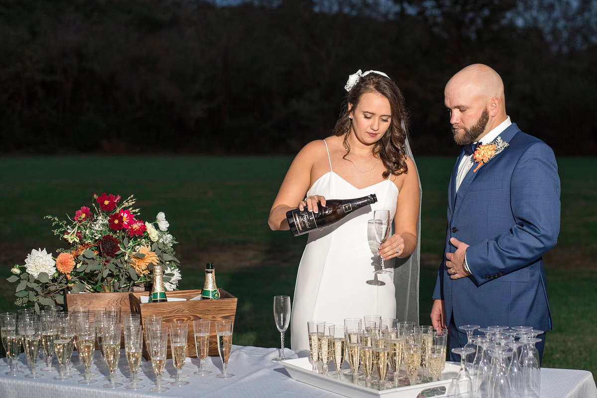 night-wedding-outdoor-champagne-toast