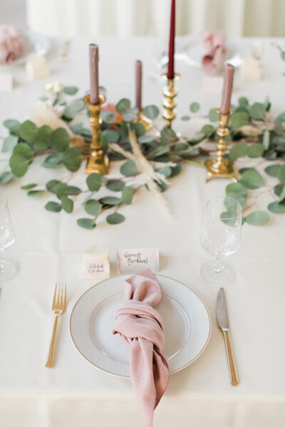 head table greenery with candle sticks