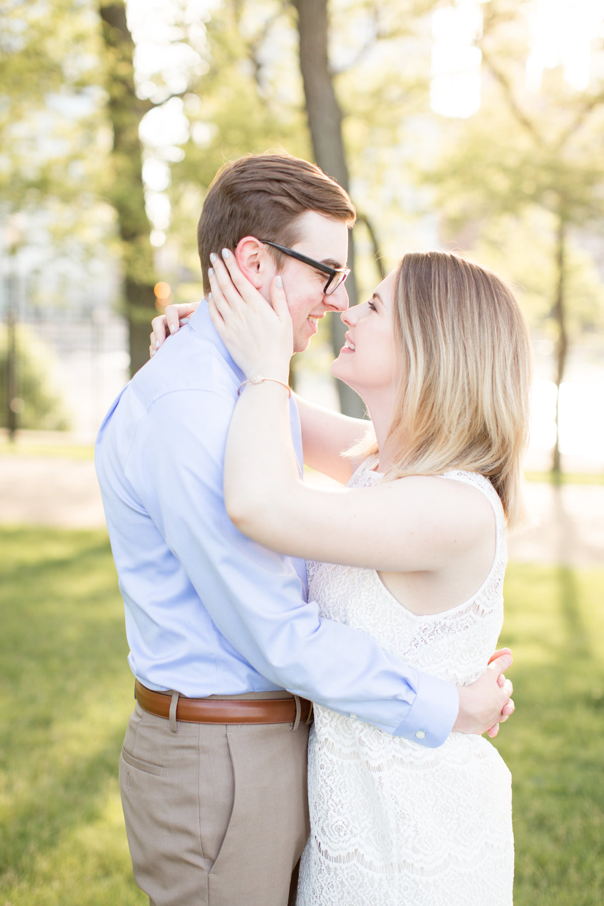 olive-park-engagement-pictures-couple-sunset-golden-hour-blogger-chicago-city-illinois-photographer-photo