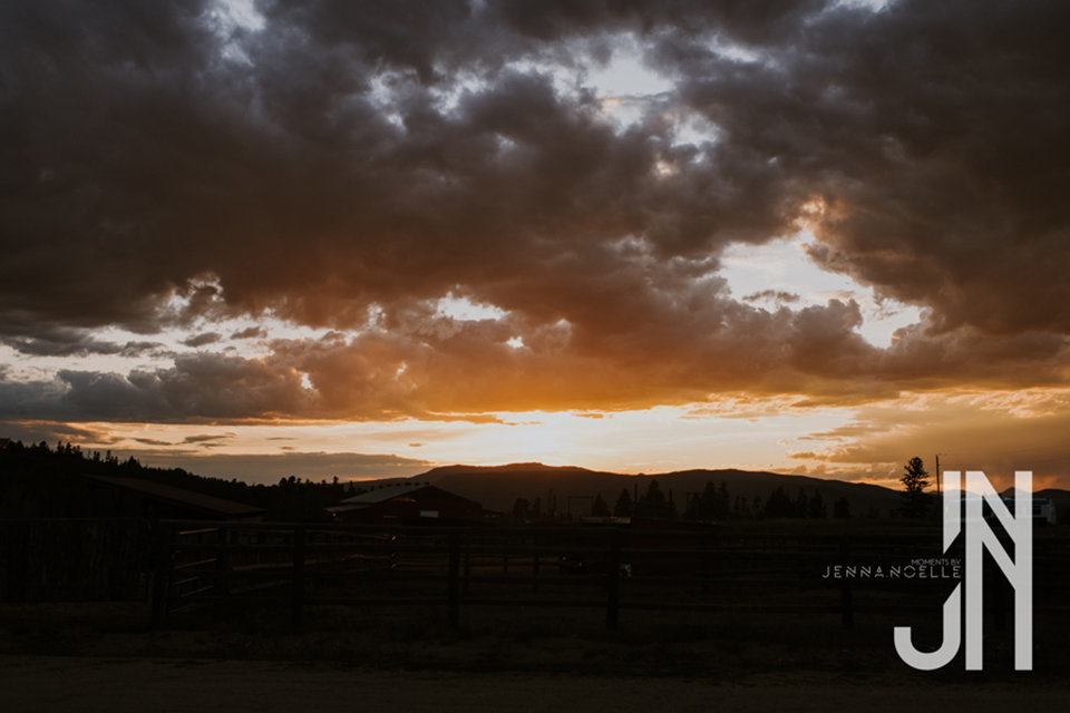 granby-colorado-strawberry-creek-ranch-classic-mountain-wedding-in-the-summer-amazing-sunset