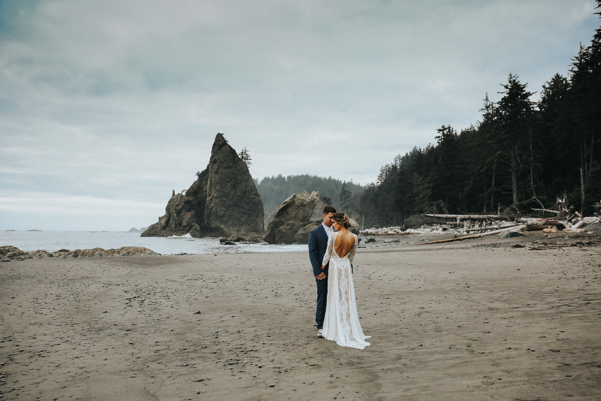 Moody beach elopement in the beaches of La Push, Washingon