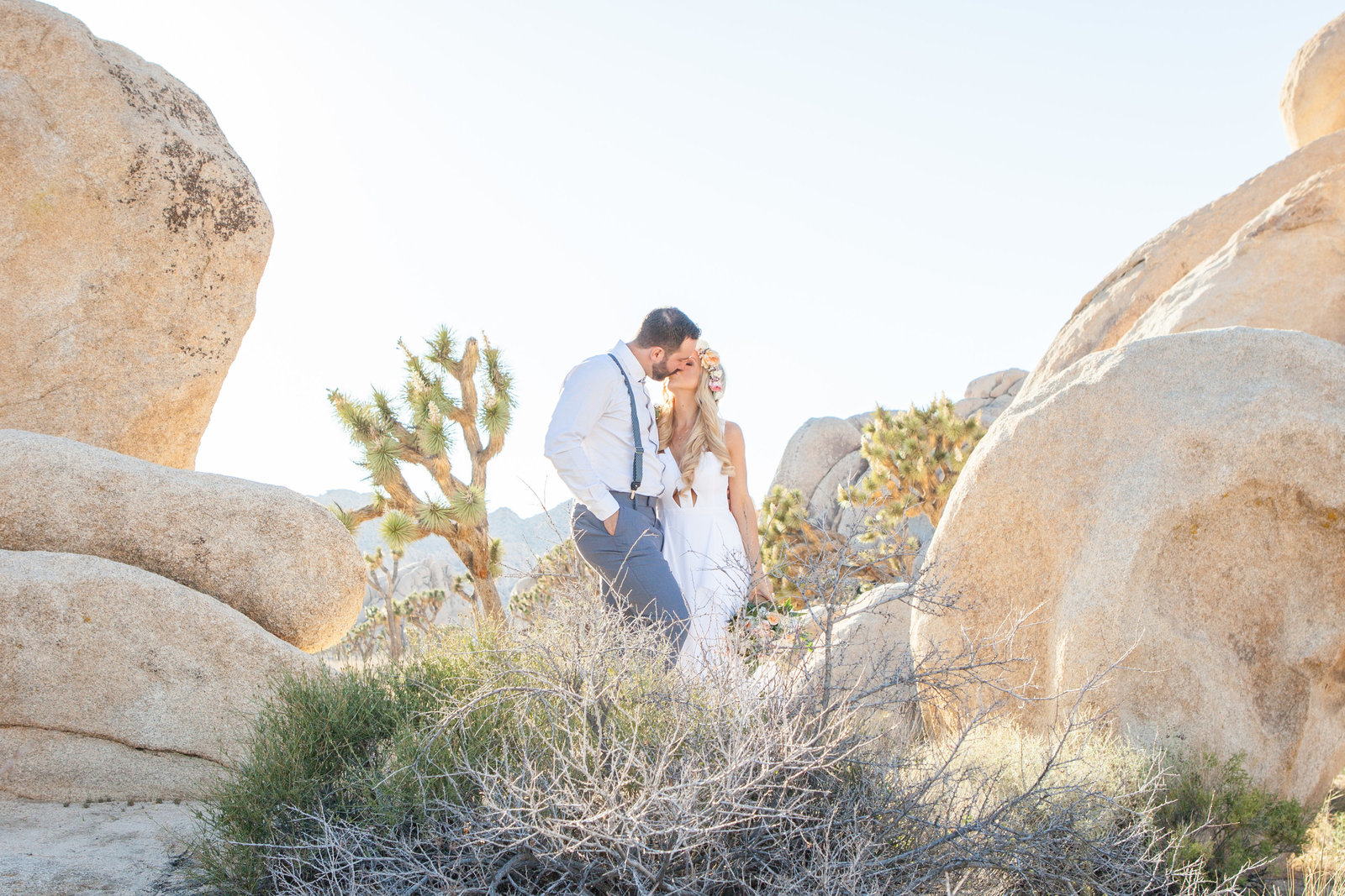 Joshua Tree wedding Bride and Groom kissing