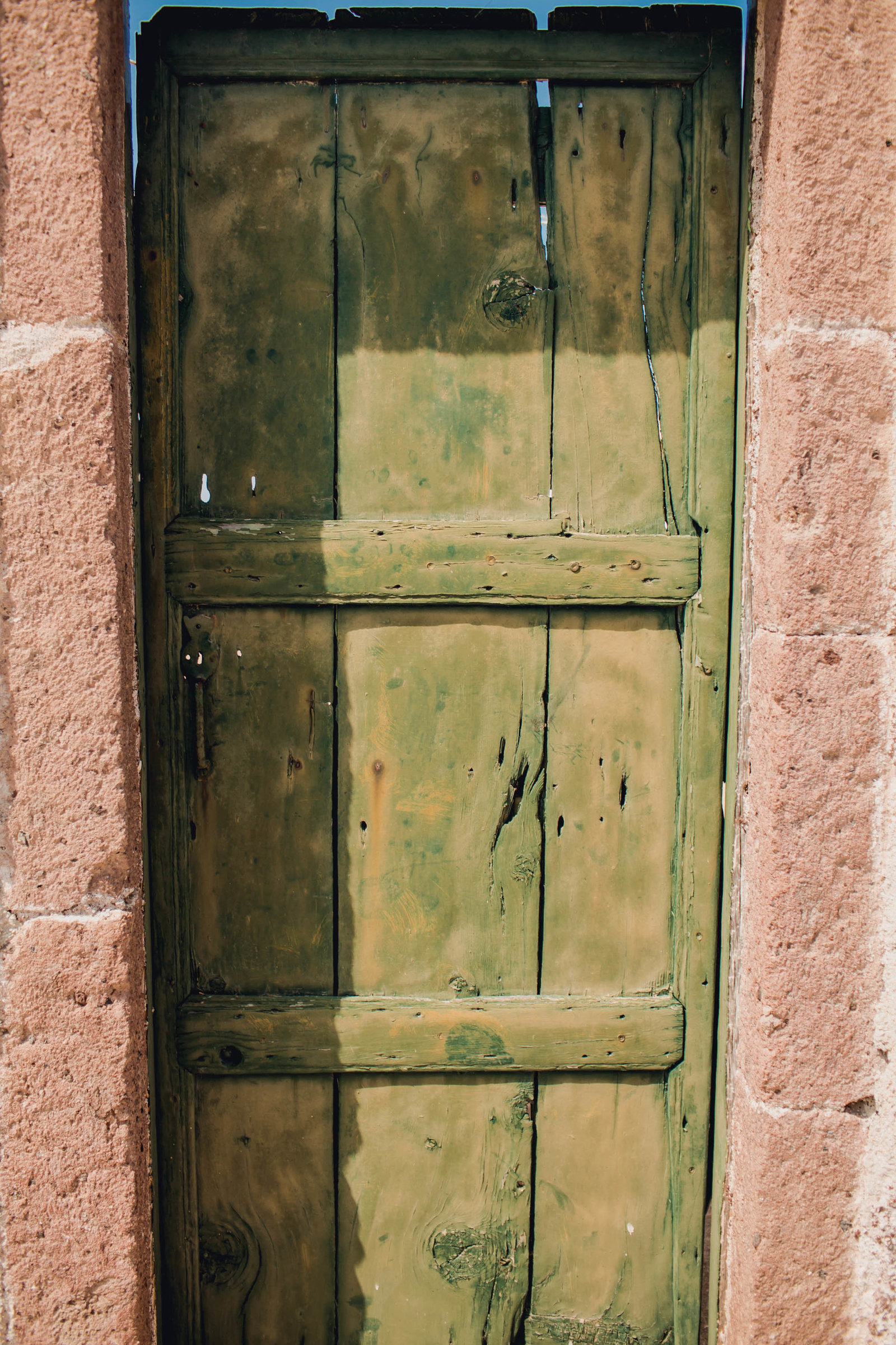 green-rustic-door-pyrgos-destination-travel-santorini-wedding-kate-timbers-photo-2719
