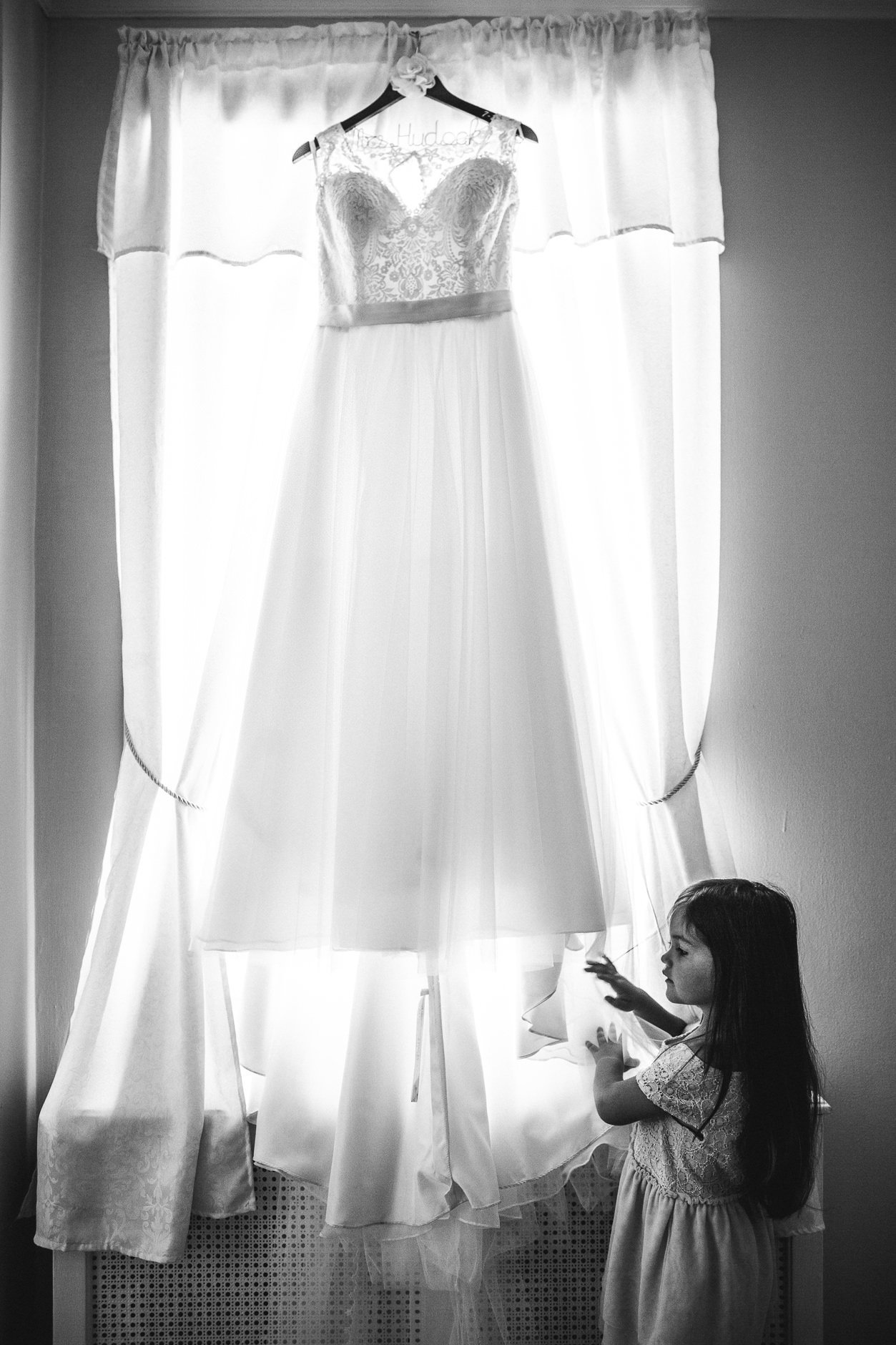 san-francisco-wedding-photographer-alice-che-photography-flower-girl-playing-with-dress