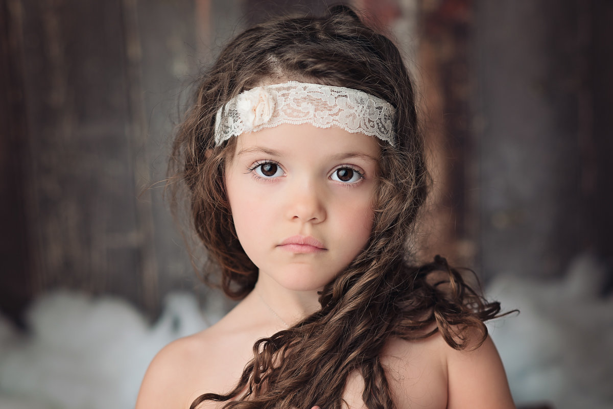 caitlin-chadwick-holiday-mini-session-beautiful-girl-child-brown-eyes-organic-wood-cream-timeless