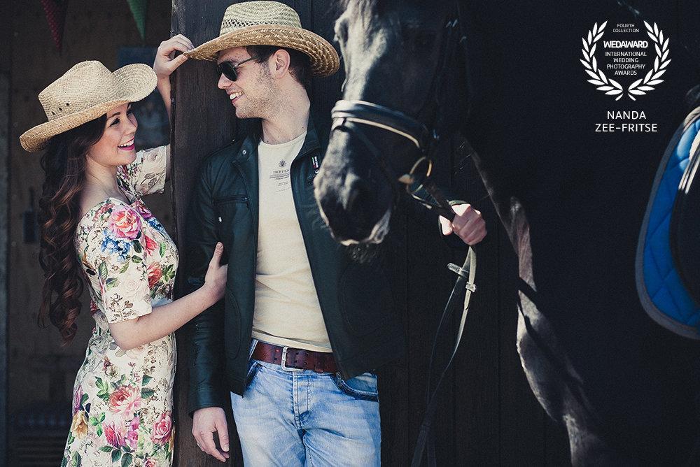 Een cowboy, een cowgirl en een paard! Een loveshoot met een award! Copyright Nanda Zee-Fritse | FOTOZEE